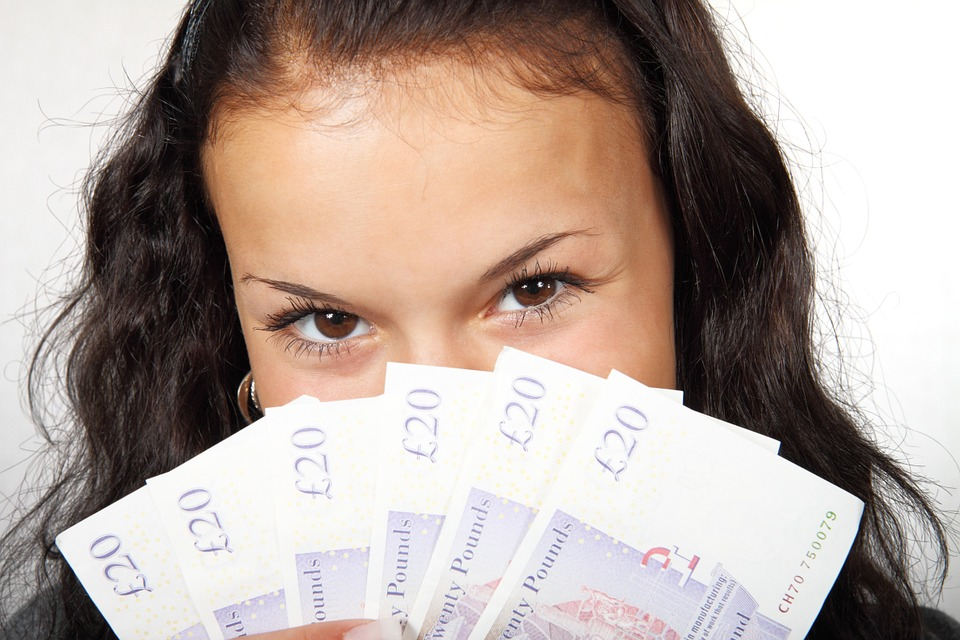 2020 finance goals - girl with cash